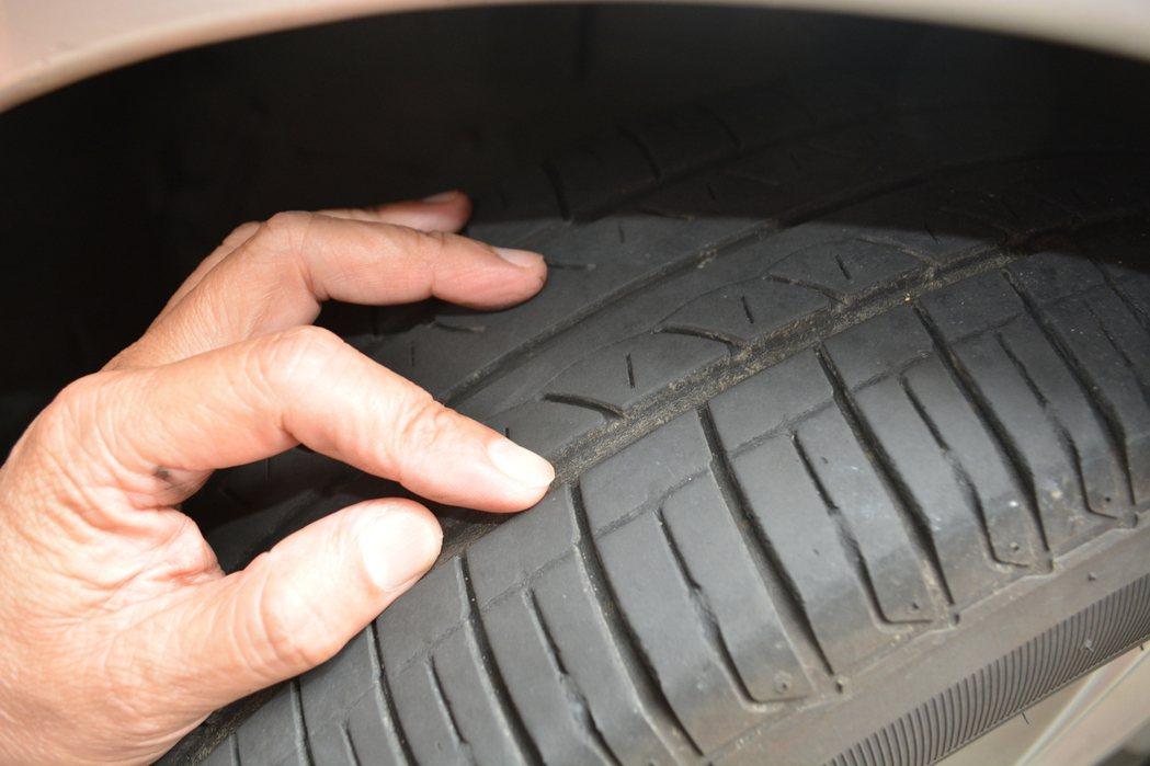 一條輪胎平均使用壽命大約三到四年,就算車子很少開,但輪胎本身的橡膠出廠就會開始氧...