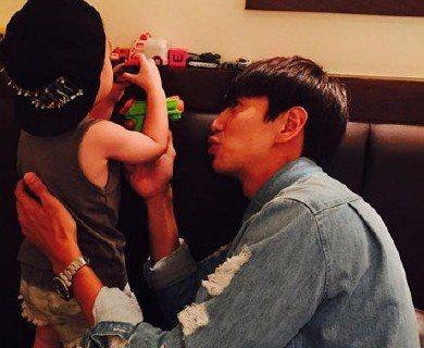 韓國綜藝節目「Running Man」的主持群,五年合作下來感情相當好,私下經常一起出遊、吃飯,在19日晚間,其中一位主持人哈哈,在個人的社交網站PO上節目中另一位成員李光洙與自己兒子Dream的嬉...