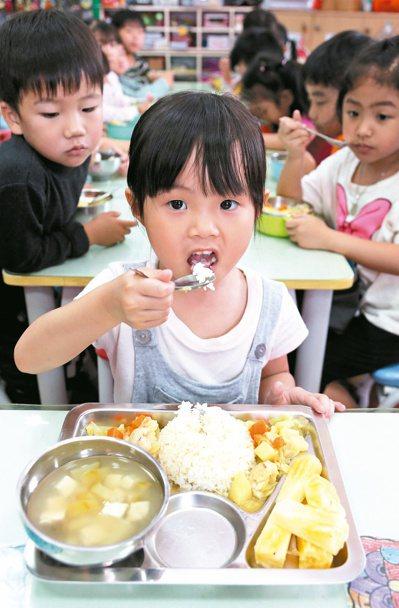 零里程的美味 溪州公托的小朋友,吃進嘴巴的營養午餐,都來自附近的農家。 記者林俊...