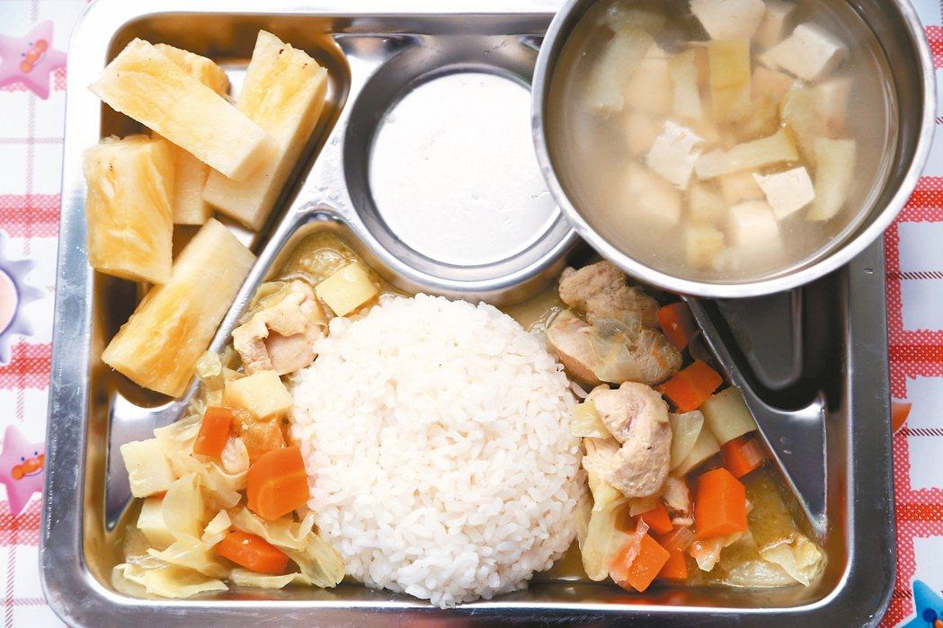 營養午餐兩樣情 彰化溪州公立托兒所的午餐採用在地食材。 記者林俊良/攝影