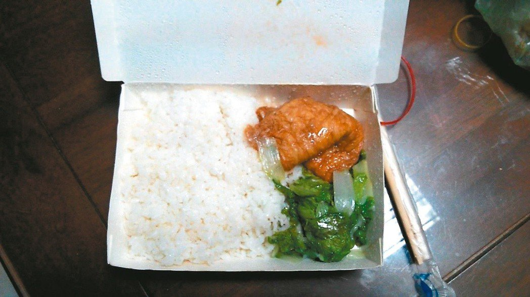 營養午餐兩樣情 北部某中學便當配菜,僅有甜不辣與小白菜。 本報資料照片