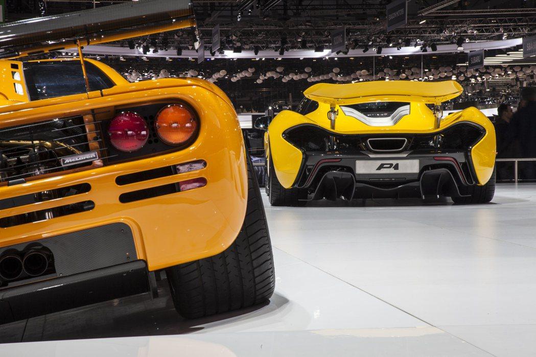 搭載純自然進氣引擎的終極超跑愈來愈少,1993年邁凱輪F1(左)以6.0升V12...