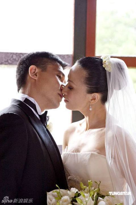 「世上沒有永久的婚姻,只有共同成長的夫妻。」--劉嘉玲7月21日是梁朝偉和劉嘉玲的結婚紀念日,不知不覺,兩人也牽手走過26年了,劉嘉玲一席話,道出相愛容易相處難的定律,不知道偉哥怎麼看呢?