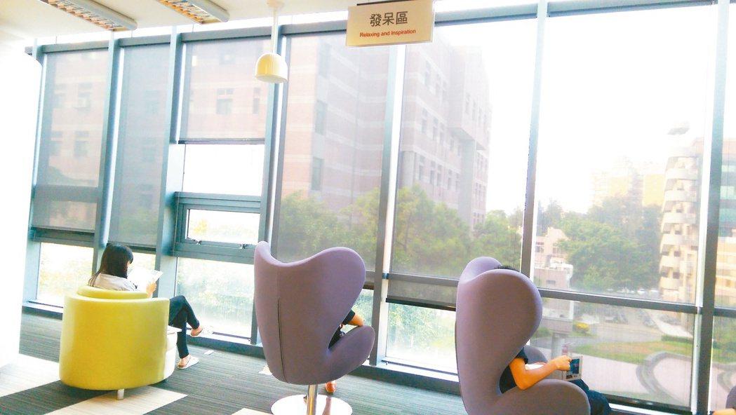 發呆區/「發呆區」可讓學生坐在沙發上,慵懶地望著校景發呆或沉思。 記者張錦弘/攝...