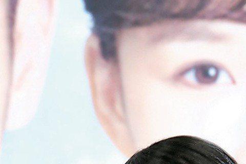 楊可涵生前主演的「新世界」幾乎原班人馬演出台視新8點檔「天若有情」,21日首映,導演黃志翔透露原本也希望楊演出,但她有其他戲劇檔期安排。「新」劇中飾演好姊妹的李佳豫被問到楊可涵輕生,忍不住拭淚;而在...