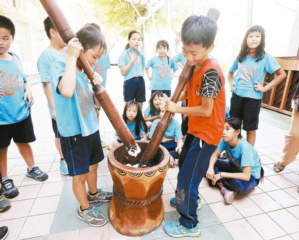 龍肚國小食農教育中安排米食文化課,學生親自搗麻糬。 記者黃威彬/攝影