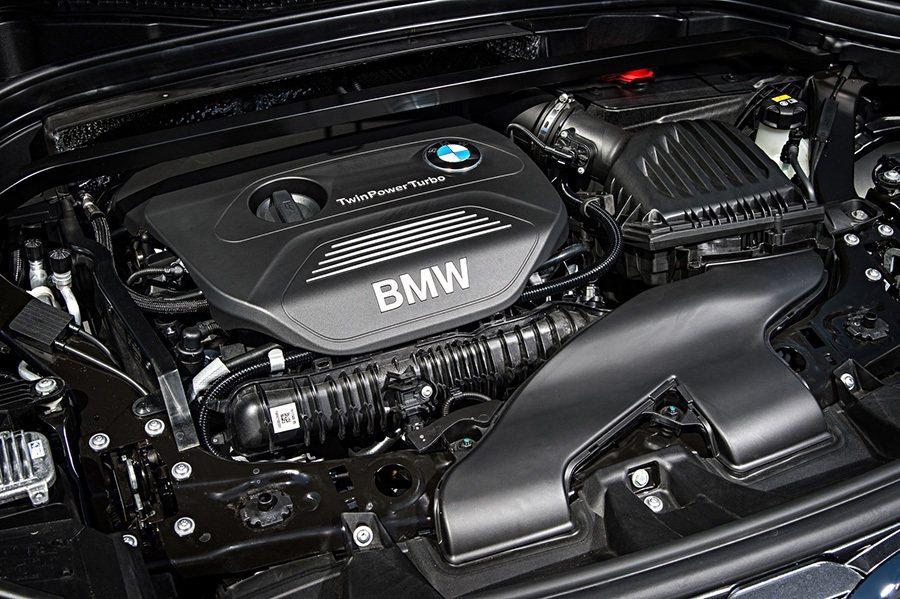 打開引擎蓋已看不到前一代的縱向置式引擎。 BMW提供
