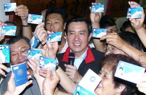 高舉黨證的國民黨員和馬英九總統。圖/聯合報系。