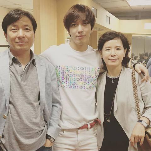 前幾天在首爾舉辦《One Fine Day》巡演安可場《One More Fine Day》的鄭容和昨天分享了一張他與爸媽的合照,像是在演唱會後台,他簡短寫道「和爸爸媽媽在一起~^^」,看來是爸媽為...