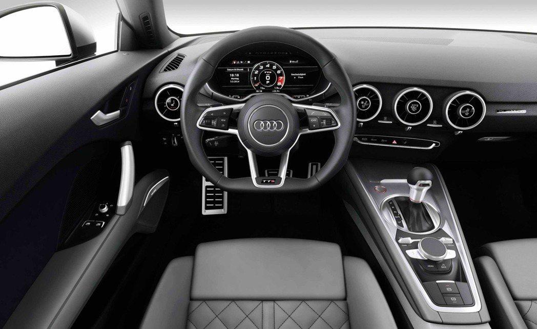全新TT/TTS的最大亮點在於「Audi全數位虛擬駕駛艙」,以駕駛者為導向的人性...