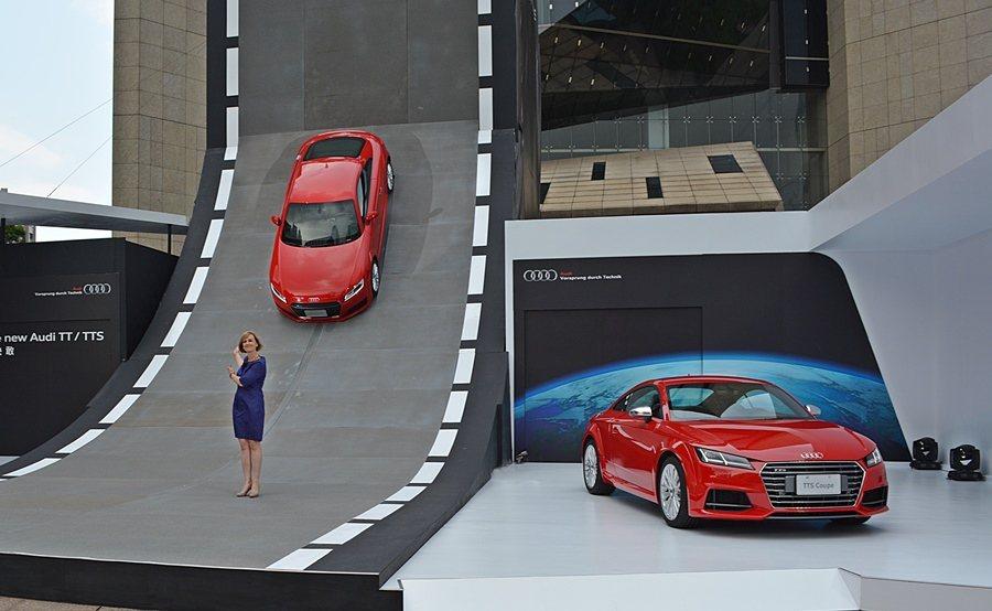 Audi Taiwan行銷總監賀安琪主持新車發表,並邀民眾本周末前來賞車。 記者...