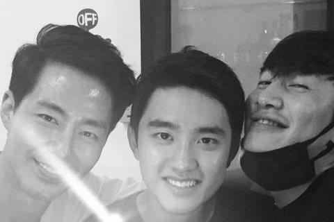 韓國三位歐巴趙寅成、李光洙、EXO的D.O,聚在一起這好「基情」啊!原來三人因為拍攝韓劇《沒關係,是愛情啊》結為好友,剛好這齣劇播出已滿一周年,三人聚在一起捧著蛋糕慶祝。網友大讚三人感情真好,而且還...
