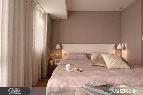 臥室空間有限,大樑怎麼也避不了,利用燈飾垂吊虛化它的存在感,配合柔軟的落地窗簾,...