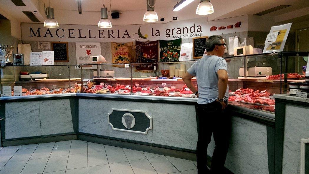 整潔明亮的肉品專櫃,銷售人員會提供肉類料理建議。 圖/郭又甄攝影