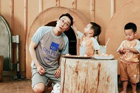 與兩個雙胞胎兒子演出《超人回來了》而爆紅的韓國藝人李輝才,近日在節目中談及女性犯罪心理時,透露自己曾被一位瘋狂女粉絲跟蹤長達十年,令他苦不堪言。李輝才表示,這位女粉絲不僅跟蹤,也會瘋狂打電話、偷窺,...