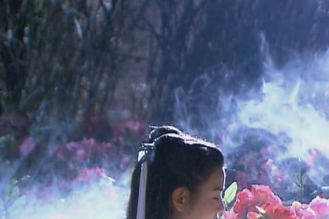 「神鵰俠侶」中,楊過與小龍女雙修「玉女心經」的戲碼堪稱經典,男女一起裸身練功,畫面引人遐想,新版中,陳妍希與陳曉在開拍不久就上演這個橋段,當下畫面浪漫,兩人其實很尷尬,陳妍希做足防走光準備,穿著貼身...