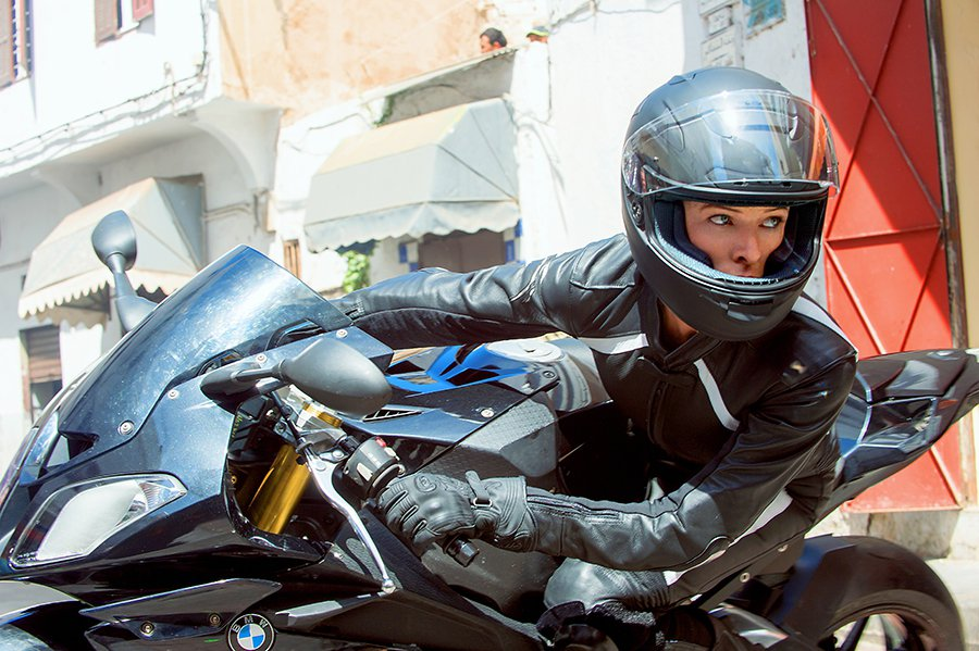 麗貝卡·弗格森扮演的英國特務 Ilsa Faust也是一位重機高手。 BMW提供