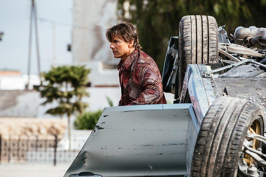 車都翻了,阿湯哥依舊能帥氣的走出來。 BMW提供