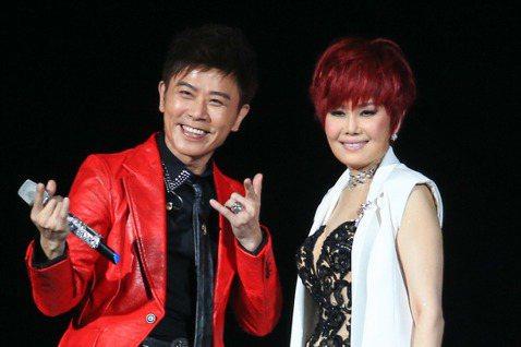 江蕙「祝福」演唱會第二場的嘉賓請到伍思凱,兩人在台上一同玩起三連拍。