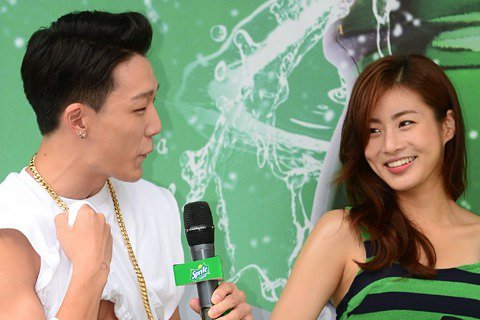 前日(7月25日),姜素拉、iKON成員Bobby出席了在首爾新村一帶舉行的雪碧SHOWER活動。身穿超短上衣和熱褲上陣的姜素拉清涼感十足。