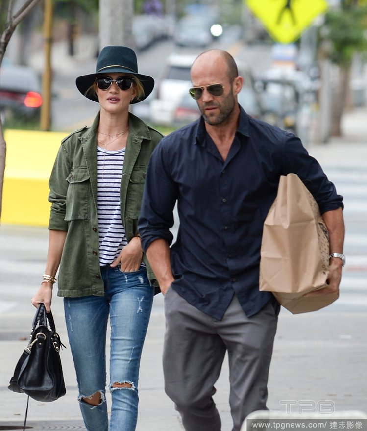 蘿西杭亭頓以藍、綠色單品作穿搭主打,貼心呼應了男友簡單的藍襯衫。圖/達志影像