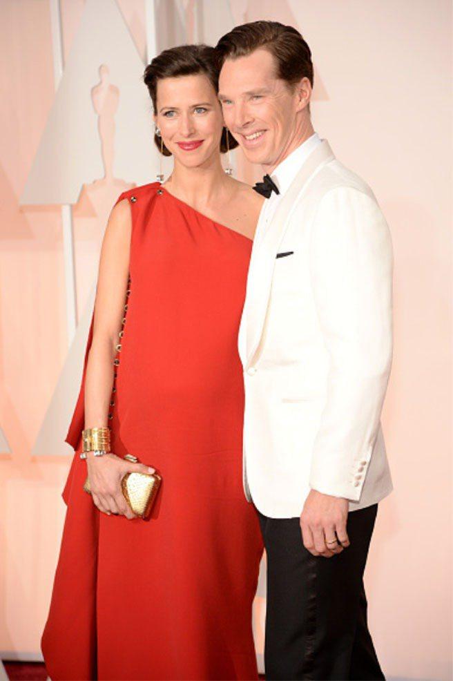 「福爾摩斯」男主角班奈狄克的妻子Sophie Hunter穿LANVIN經典紅色...