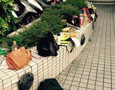 粉絲追星時,竟群起把包包丟在電視台外的牆角。記者葉君遠/攝影