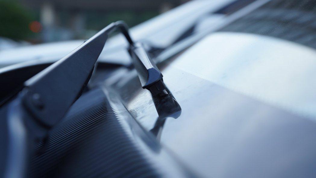 雨刷跳動,駕駛者可檢查雨刷桿角度是否歪斜了,雨刷與擋風玻璃必需呈垂直角度。 記者林翊民/攝影