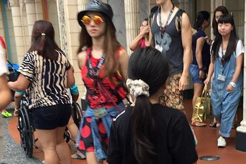 Jolin(蔡依林)巡演上周到達新加坡站,演唱完後Jolin則留在當地小玩一番,結果就被人捕獲到啦!網友稱讚Jolin私下裝扮也很亮麗,引人注目的還有跟在Jolin身邊的壯男,不就是男友錦榮嗎!錦榮...