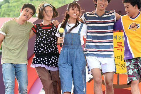 由當紅的金所炫(圖左三)與EXO成員D.O都暻秀(圖左一)主演的電影《純情》自開拍以來演員造型一直頗為神秘,今日劇組開放媒體探班,終於可以看到演員們是啥樣啦!從照片中看來,在漁村拍攝的金所炫與D.O...
