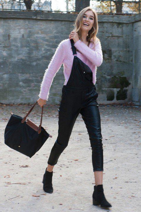 皮革吊帶褲穿搭 甜美與個性兼具。圖/imaxtree