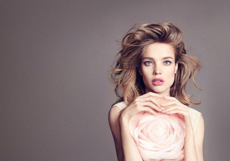 嬌蘭KISSKISS法式之吻玫瑰潤唇膏首度推出增色護唇膏。圖/嬌蘭提供