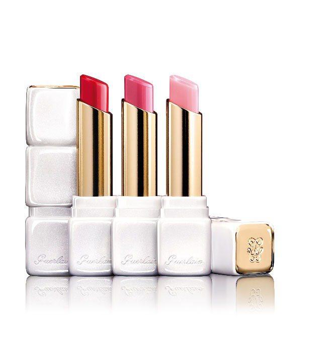 嬌蘭KISSKISS法式之吻玫瑰潤唇膏推出隨唇溫變色的R371色號(右),售價1...