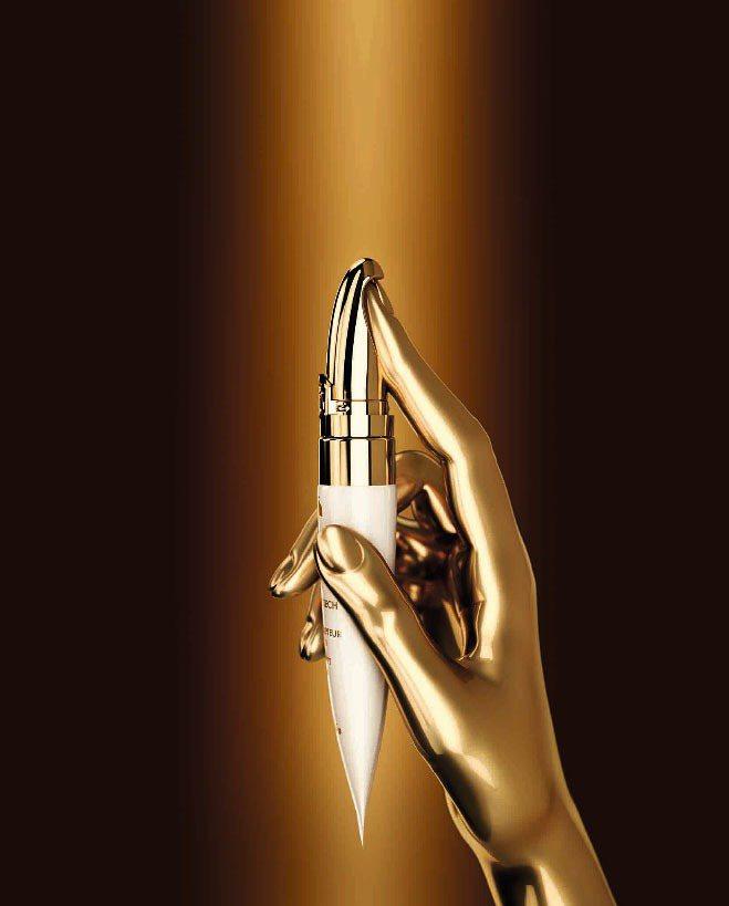 嬌蘭皇家蜂王乳黃金超導眼部精華,以符合人體工學的黃金離子導入儀設計,售價4,70...