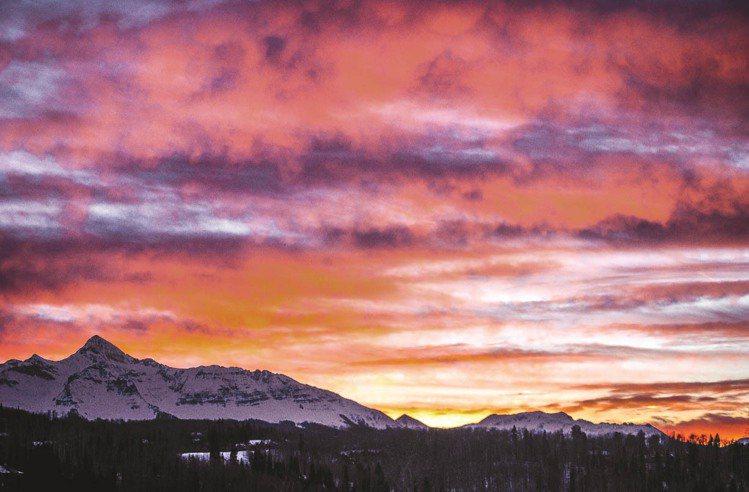 Bobbi Brown拍下特柳賴德的夕陽,交由紐約彩妝團隊研發新品。圖/BOBB...