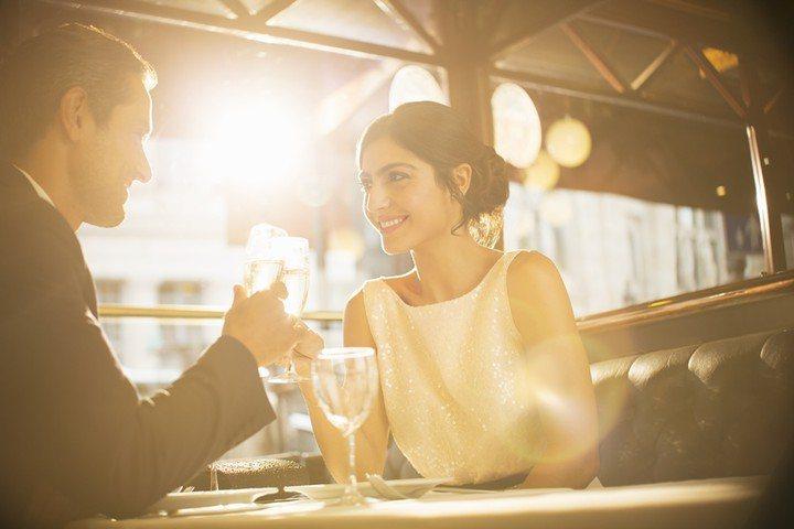 根據哈佛精神治療醫師Zick Rubin所說,那些真正墜入愛河的情侶在聽對方說話...