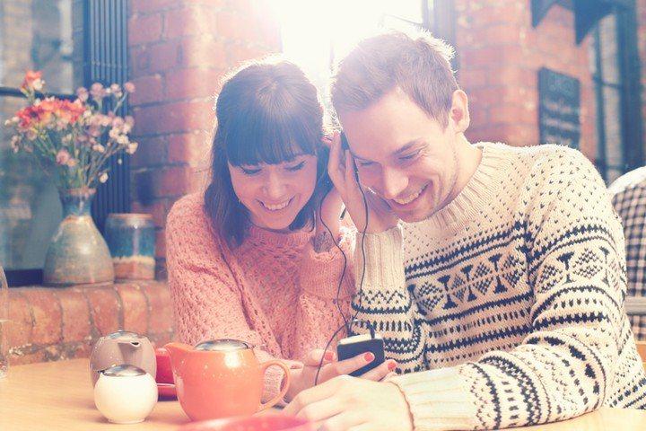 多多觸碰你的伴侶能增加你和他的親密度及舒適度。圖/Getty Image
