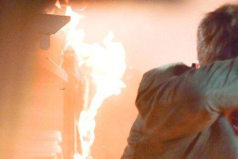 「甘味人生」走傳統大家族和傳統家業繼承的勵志題材,首集看得出來下重本,企圖與過去八點檔狗血劇畫清界線。第1集中最大場面就是火燒廠房戲。劇組斥資500萬拍攝,為了呈現出火災中的「天使之舞」,特別引進好...
