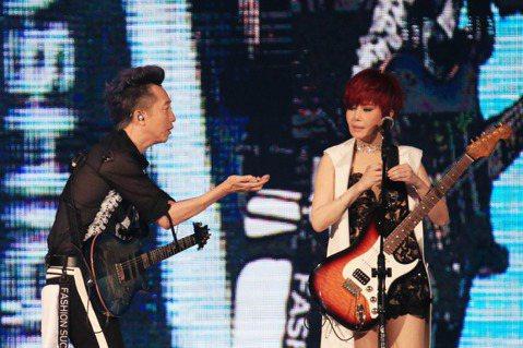 江蕙祝福演唱會第4場,庾澄慶當嘉賓合唱。哈林一來,「傷心酒店」不傷心,江蕙被他鬧著比rocker手勢、還要對軋電吉他,唱著唱著還要吶喊,全場一直優雅的她被鬧得一直笑。