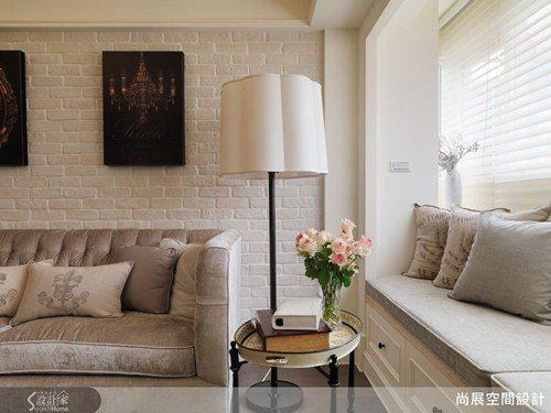 獨家訂製的沙發採用光澤絨布材料,在白色文化石牆的樸實映襯下,展現出內斂低調的高雅...