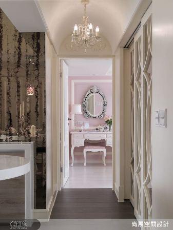 廚房與廊道之間的轉角以仿古鏡面創造視覺焦點,為空間帶來了古典懷舊的歷史氣息。 圖...