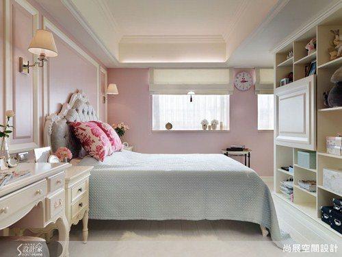 臥室與書房之間以通透的隔間櫃體區隔開來,保有視覺的穿透性質,同時也有展示與收納的...