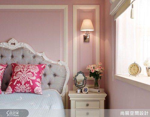 微帶紫調的桃粉色系展現柔和浪漫的情調,搭配純白色線板鑲框,在柔美的氛圍中更富有古...