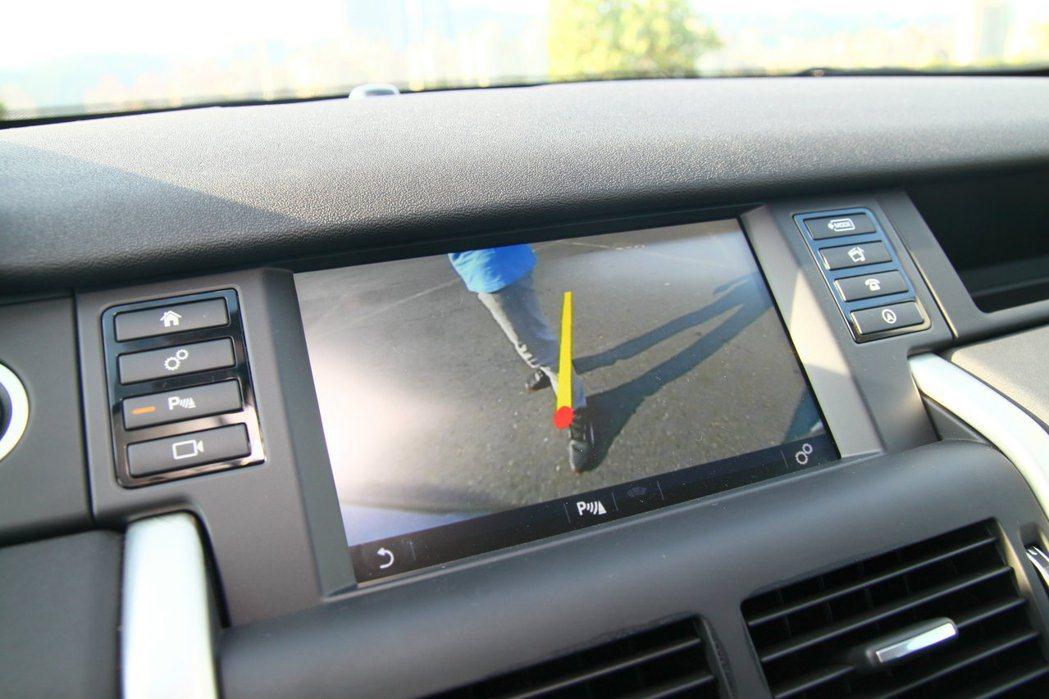 倒車顯示系統HSE車型為標配,SE車型則必須加價添購。 記者敖啟恩/攝影
