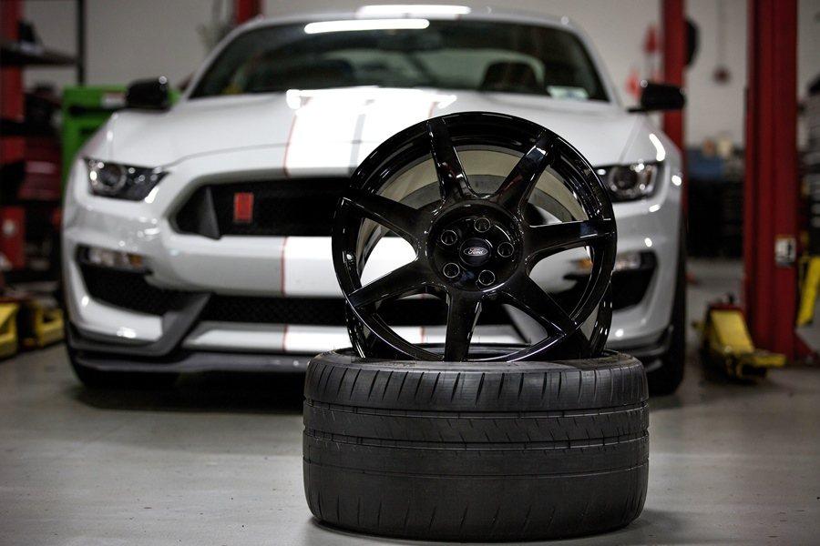 6月美國福特汽車宣布為傳奇跑車Shelby Mustang GT350R,裝上碳...