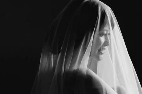 美女主播陳海茵求子多年終懷孕,她日前曝光僅以紅布裹身的性感孕照,同時還透露有更大尺度的,只是還在糾結著要不要放出來,就在網友一片喊PO之下,她昨天又分享了一張側身全裸,僅以薄紗遮蓋的大尺度照片,拍的...