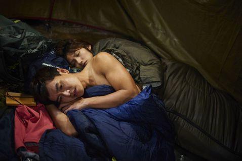 王傳一和李千娜在中視、中天「失去你的那一天」和李千娜裸身擁抱,不但幫女生脫衣服,為了取暖把自己的衣服也脫了,一起鑽進睡袋裡,雖然畫面讓人臉紅心跳,拍攝過程卻一點都不浪漫,因王傳一「超忙」,必須幫忙擋...
