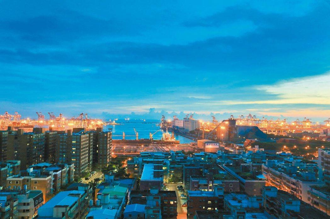 「鳳凰居」面西中高樓層可鳥瞰高雄港。 攝影/張世雅 圖片提供/隆大營建