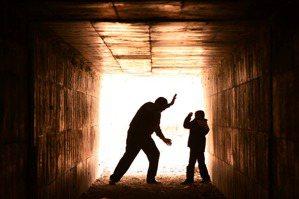 虐童的不是人?譴責之外,我們還可以做什麼?