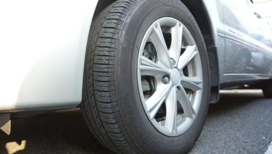 除了平衡跑掉,三角台、和尚頭、輪胎變型或損壞也都有可能引起方向盤不正常抖動。 記...